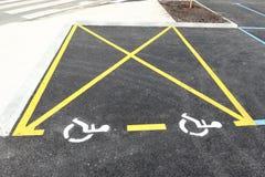 Niepełnosprawny niepełnosprawny ikona znak na parking terenie w parking samochodowym Fotografia Royalty Free