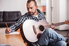 Niepełnosprawny muzyk pisze puszek muzyki akordach Obrazy Royalty Free