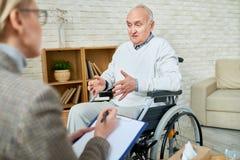 Niepełnosprawny senior w terapii Zdjęcia Royalty Free