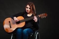 Niepełnosprawna dziewczyna bawić się gitarę Obrazy Royalty Free
