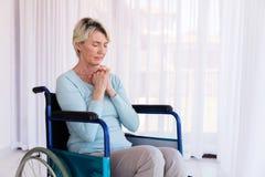 Niepełnosprawny kobiety modlenie Obrazy Royalty Free