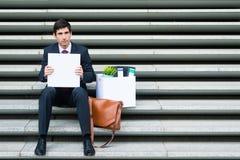 Niepocieszony biznesmen trzyma pustego znaka Fotografia Royalty Free