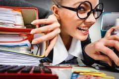 Niepoczytalna biurowa kobieta przy pracą Zdjęcia Stock