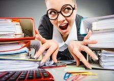 Niepoczytalna biurowa kobieta przy pracą Obraz Royalty Free