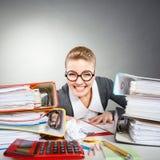 Niepoczytalna biurowa kobieta przy pracą Obraz Stock