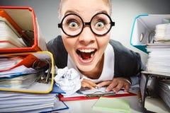 Niepoczytalna biurowa kobieta przy pracą Fotografia Stock