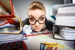 Niepoczytalna biurowa kobieta przy pracą Zdjęcia Royalty Free