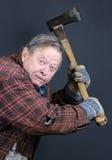 Niepoczytalny stary człowiek z cioską Obrazy Royalty Free