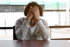 Niepokój stresował się Azjatyckiego biznesowego mężczyzna nakrywkowego czoło z rękami zdjęcie royalty free