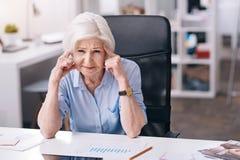 Niepokoi starzejącego się bizneswomanu cierpienie od migreny w biurze zdjęcia royalty free