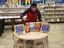 Niepokonany Bokserski zawodnik Przedstawia Children& x27; s książki b Jest dla Boksować Obrazy Royalty Free