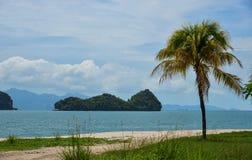 Nieporuszona piaskowata plaża przy letnim dniem fotografia royalty free
