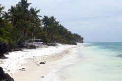 Nieporuszona tropikalna plaża z palmami i łodziami rybackimi w Philipp Obraz Stock