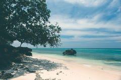 Nieporuszona tropikalna plażowa linia brzegowa, turkusowy widok morzy wi Fotografia Stock