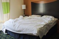 Nieporządny łóżko w hotelowej sypialni zdjęcie royalty free