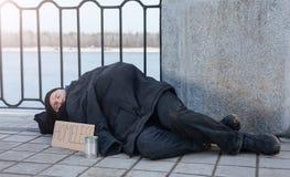 Nieporządny mężczyzna dosypianie w ulicie Zdjęcia Stock