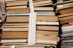 Niepotrzebne książki 4 i papier Zdjęcie Stock
