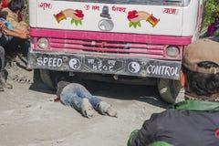 Niepowodzenie autobus na trudnej drodze Nepalskiej Zdjęcia Royalty Free