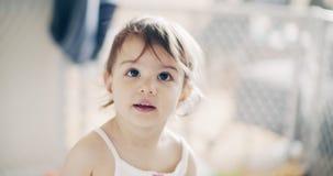 Nieprawdopodobna śliczna dziewczynka bawić się indoors zbiory wideo