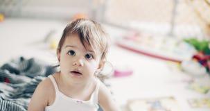 Nieprawdopodobna śliczna dziewczynka bawić się indoors zdjęcie wideo