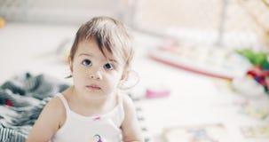 Nieprawdopodobna śliczna dziewczynka bawić się indoors zbiory