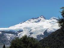 Nieprawdopodobna śnieżna góra otaczająca drzewami i lasem w Argentyna Zdjęcia Royalty Free