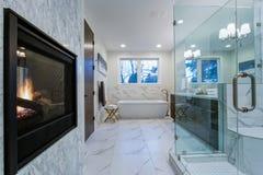 Nieprawdopodobna marmurowa łazienka z grabą zdjęcia royalty free
