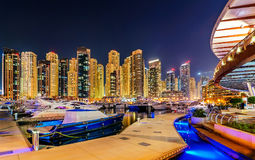 Nieprawdopodobna nocy Dubai marina linia horyzontu Luksusowy jachtu dok Dubaj, Zjednoczone Emiraty Arabskie Zdjęcie Stock