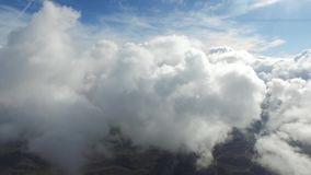 Nieprawdopodobnej powietrznej trutnia 4k kamery latająca wysokość up w puszystych białych podeszczowych chmurach w jasnym niebies zbiory
