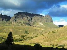 Nieprawdopodobny krajobraz góry z dziwacznym kształtem otaczającym drzewami w Neuquén, Argentyna Obrazy Stock