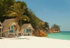 Nieprawdopodobny krajobraz mała tropikalna wyspy plaża z ładnym bungalowem i perfect niebem Obrazy Royalty Free