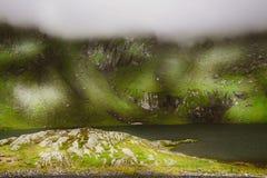 Nieprawdopodobny krajobraz z mgłowymi górami Zdjęcie Royalty Free