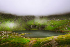 Nieprawdopodobny krajobraz z mgłowymi górami Fotografia Royalty Free