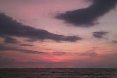 Nieprawdopodobny purpur i menchii zmierzchu Afterglow na Chmurnym niebie nad Łagodnym morzem w Tajlandia Zdjęcie Royalty Free