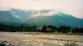 Nieprawdopodobny widok rzeka, chmura i góry w Manali, India zdjęcie stock