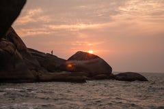 Nieprawdopodobny zmierzch przegapia skały w India na Agonda plaży, Iść Zdjęcia Royalty Free