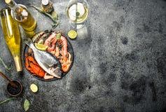 Nieprzerobiony owoce morza, dorado, garnela z białym winem i pikantność, zdjęcia royalty free
