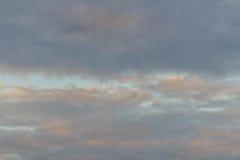 Nieprzezroczysty niebo w wieczór tle Patrzeje w ten sposób smutnego niebo zdjęcia stock