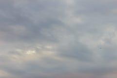 Nieprzezroczysty niebo w wieczór tle Patrzeje w ten sposób smutnego niebo zdjęcie royalty free