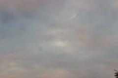 Nieprzezroczysty niebo w wieczór tle Patrzeje w ten sposób smutnego niebo obraz stock
