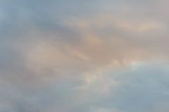 Nieprzezroczysty niebo w wieczór tle Patrzeje w ten sposób smutnego niebo zdjęcia royalty free