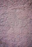 Nierówny menchia tynk zakrywał podławą starą ścianę, horyzontalny krakingowy tło, szorstka abstrakt powierzchni tekstura fotografia royalty free