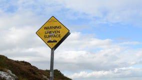 Nierówny powierzchnia znak na Skalistej góry odprowadzenia śladzie Dennym wybrzeżem w Ben Howth, Irlandia zbiory