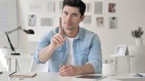 Nier le geste par l'homme d'affaires Sitting sur le lieu de travail clips vidéos