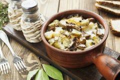 Nier, met aardappels en groenten in het zuur wordt gestoofd die Royalty-vrije Stock Foto's