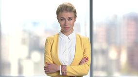 Nierada biznesowa kobieta na zamazanym tle zbiory
