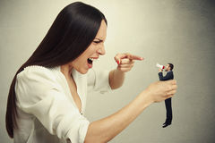 Nierada kobieta trzyma małego mężczyzna Zdjęcie Stock