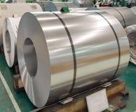 Nierdzewna staczająca się stalowa zwitka w produkci, metalu prześcieradła przemysł zdjęcie royalty free