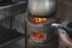 Nierdzewny garnek na kuchence. zdjęcie stock