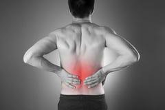 Nierenschmerz Mann mit Rückenschmerzen Schmerz im Männerkörper Lizenzfreie Stockbilder